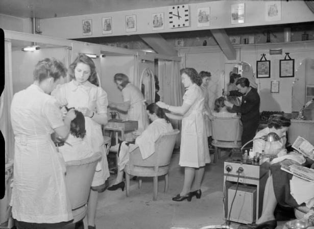 Wartime_Hair_Dresser-_the_work_of_Steiner's_Salon,_Grosvenor_Street,_London,_England,_UK,_1944_D18212